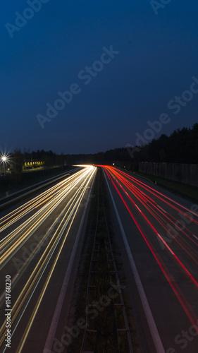 Foto op Aluminium Nacht snelweg Lichtspuren von Autos