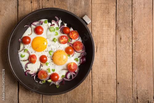 Deurstickers Gebakken Eieren Fried eggs with onion and other vegetables