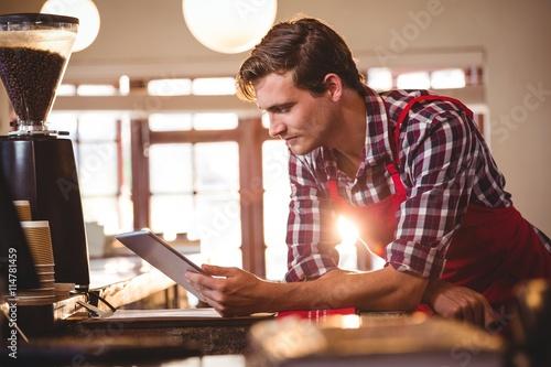 Fotomural  Waiter using digital tablet