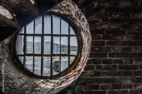 Poster Oude verlaten gebouwen rundes fenster in alter fabrik