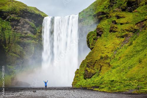 turysta-zszokowany-piekno-wodospadu