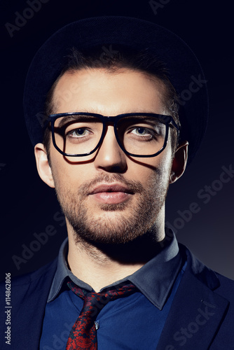 obraz dibond serious in spectacles