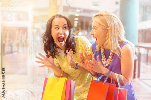 obraz dibond Excited and happy best friends shopping together