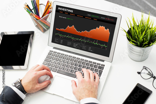 Fotografía  Businessman reviewing stock charts on laptop