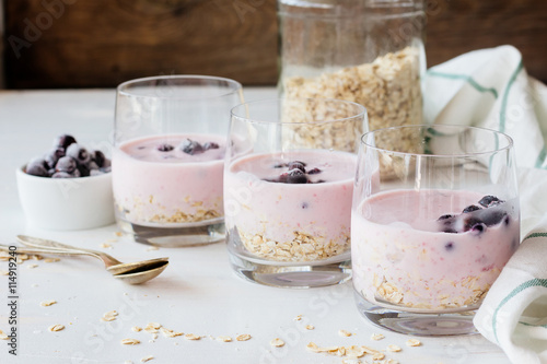 Poster Produit laitier Three glasses with oatmeal, yoghurt and berries