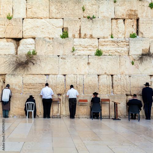 Zdjęcie XXL Żydzi modlący się przy zachodniej ścianie. Podróż do Jerozolimy. Izrael.