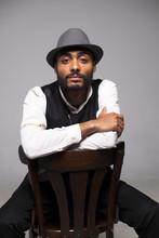Hombre Negro Con Gorro Sentado Sobre Silla Antigua