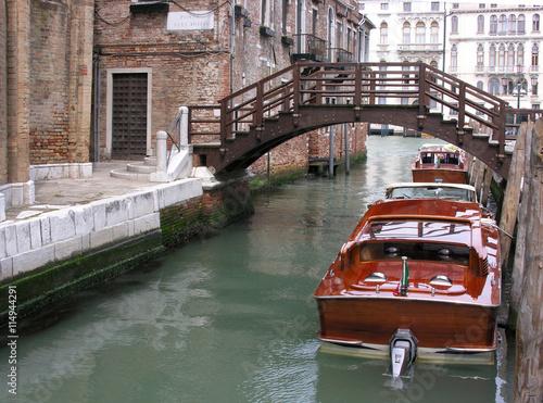 plakat Mahagoniboote in einem kleinen Kanal in Venedig