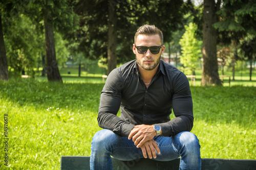 Fotografia  Handsome Muscular Hunk Man Outdoor in City Park