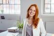canvas print picture - lächelnde geschäftsfrau steht in ihrem büro
