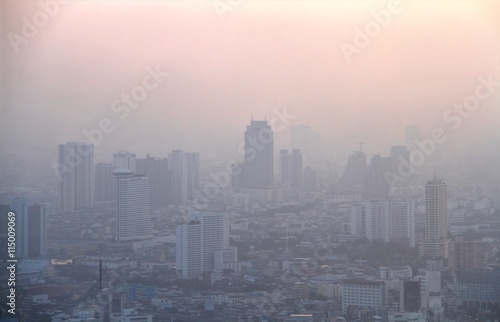 Photo  Low visibility caused by pollution problem in urban area during sunset, Bangkok, THAILAND