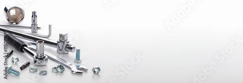 Photo Werkzeug und Schrauben vor hellem Hintergrund, Makroaufnahme, Panorama