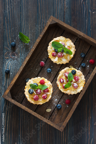 obraz dibond Tarts with fresh berries