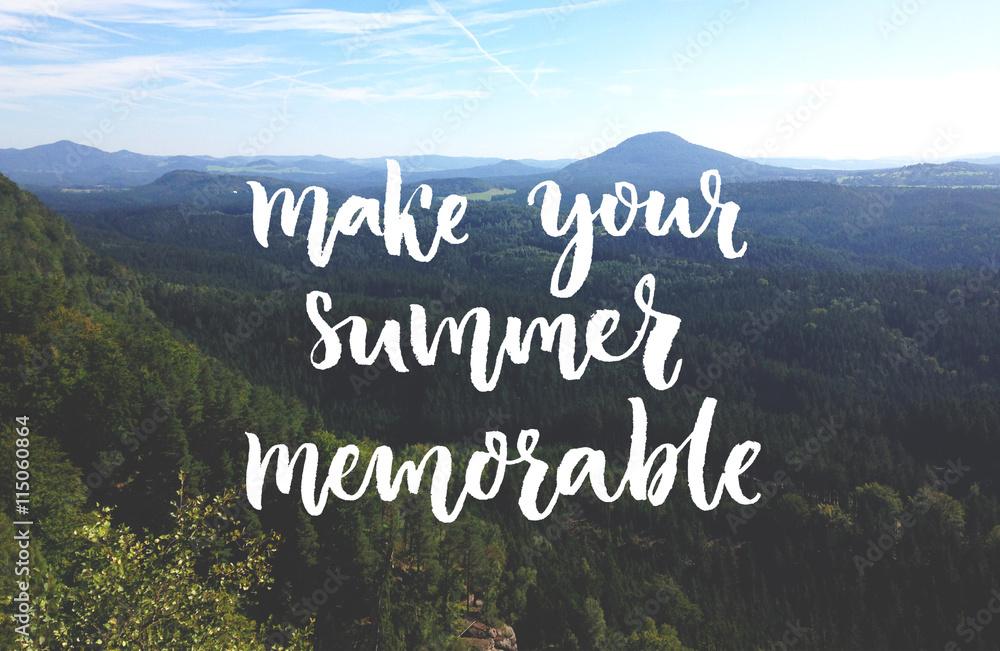 Spraw, by Twoje lato było niezapomniane. Inspirująca cytat nakładka na zdjęcie krajobrazu z góry i lasu. Napis szczotki skryptu. <span>plik: #115060864 | autor: Anna Kutukova</span>