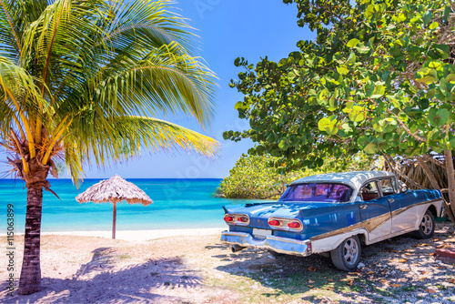 Fotobehang Havana Vintage american oldtimer car parked on a beach in Cuba