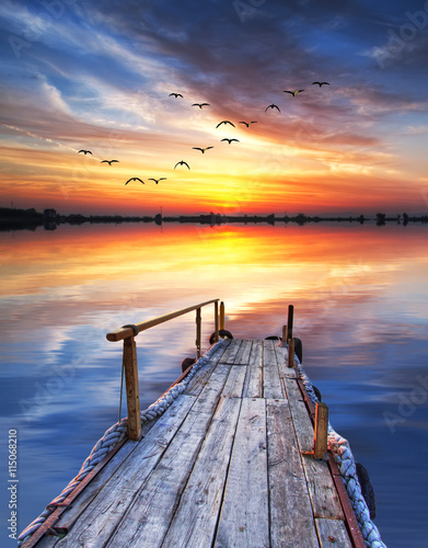 ocaso de colores sobre el lago