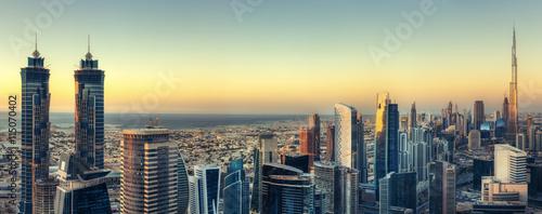Naklejka premium Malowniczy widok na nowoczesną architekturę Dubaju o zachodzie słońca. Aerial skyline z wieżowcami w centrum miasta.