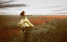 Frau Im Kleid Läuft Freudig Durch Mohnblumenfeld