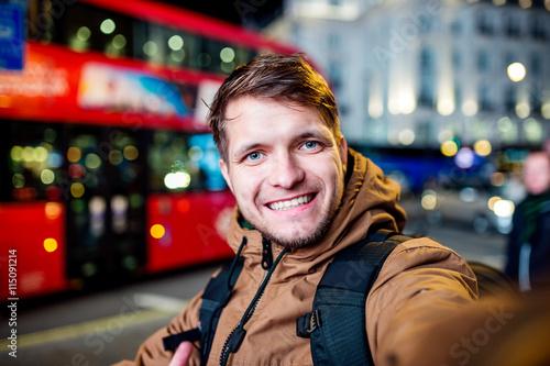 Türaufkleber London roten bus Man walking in the streets of London at night