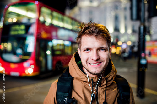 Foto op Canvas Londen rode bus Man walking in the streets of London at night