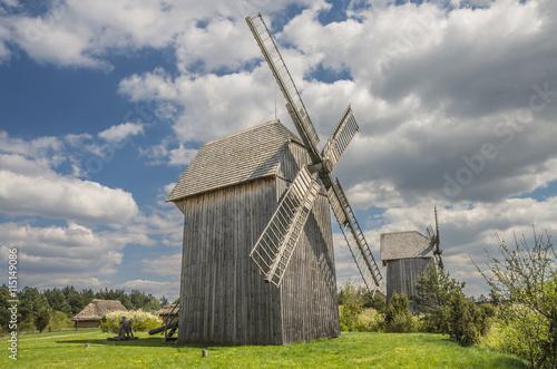 młyny wiatrowe przy osadzie wiejskiej  - fototapety na wymiar