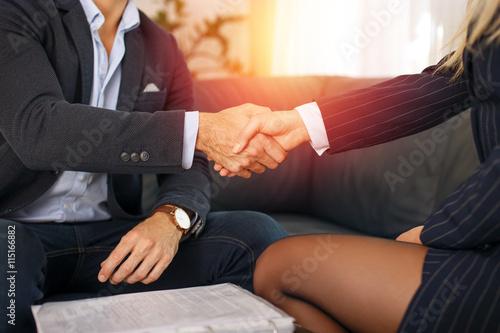 Fotografie, Obraz  Podnikatel handshake pak jsou potíže v západu slunce