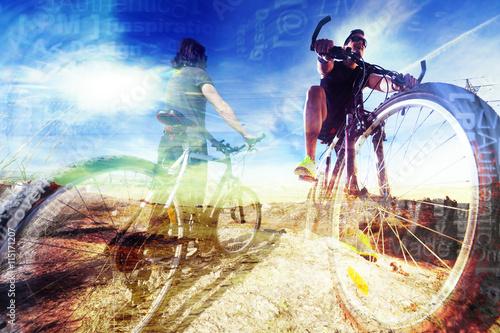estilo de vida y  aventuras en bicicleta. Fondo abstracto de deporte. Bicicleta de montaña  y concepto de deporte. Estilo de vida y la aventura con la bici en  doble exposición.