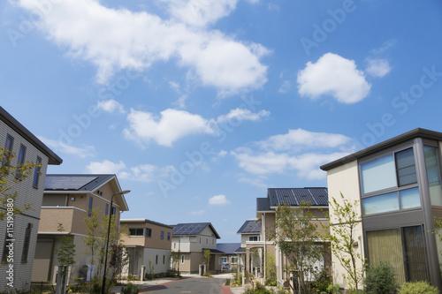 Foto  住宅 新築住宅街 イメージ 電線地中化 植栽のきれいな街並み 青空と雲