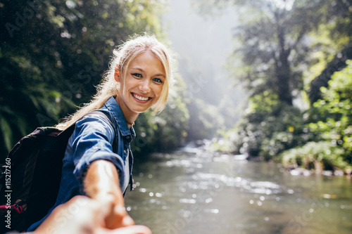 Photo Female hiker holding hand of his boyfriend