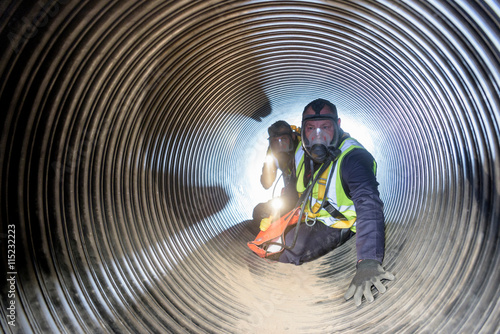 Foto Apprentice builders training in confined space in training facility
