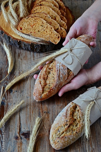 obraz dibond Bread and baguettes in the hands
