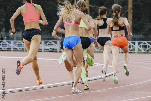 Fotografie, Obraz  Závod žen sportovců v stadionu během atletických soutěží