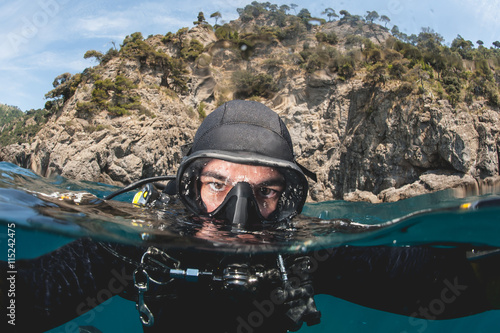 mata magnetyczna istruttore subacqueo in superficie durante corso