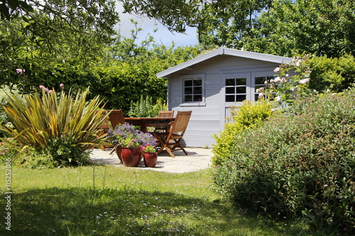 Cabanon avec terrasse et salon de jardin – kaufen Sie dieses Foto ...