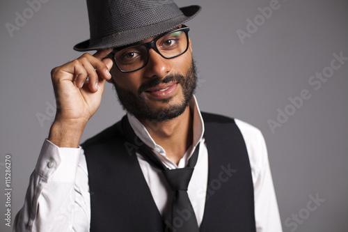 Fotografía  Joven mulato con gafas de vista, sombrero, chaleco y corbata