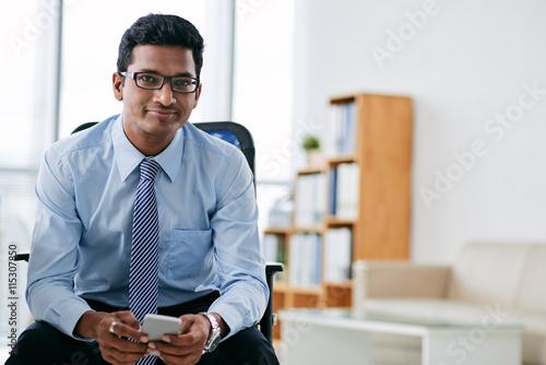 Fotografía  El hombre de negocios con smartphone
