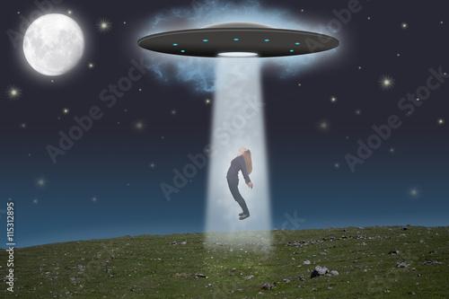 Foto op Canvas UFO Frau wird von einem Ufo mitgenommen