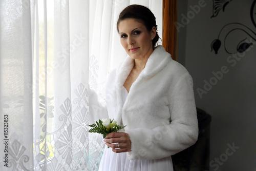 Piękna dziewczyna w oknie z bukietem.