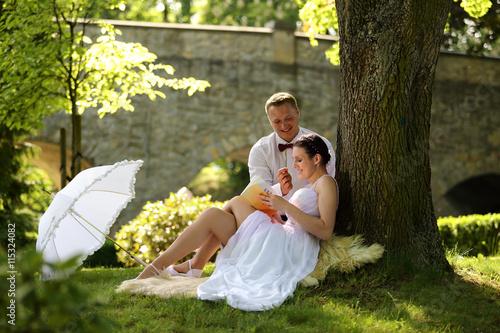 Młoda para czyta książkę, ślub, wesele.