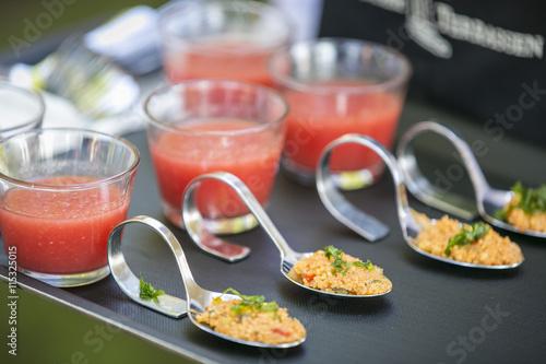 Foto auf Leinwand Bar Tablett mit Catering / Salat & Suppe