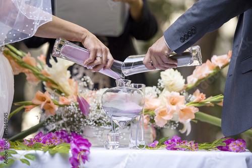 Fotografía Sand ceremony vase in a wedding with colored sand being mixed together