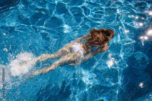 In de dag Dolfijn The girl in the pool