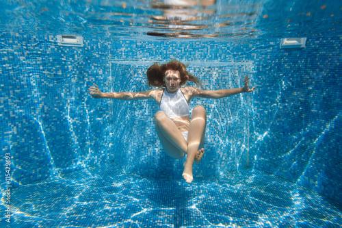 In de dag Dolfijn girl in the pool