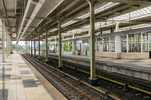 Foto auf AluDibond Bahnhof Empty Train Station