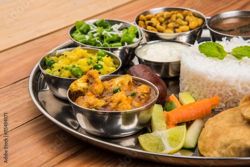 Fotografie, Obraz  Indické jídlo talíř, indická thali, indická zelenina thali, paratha, rýže, aalu