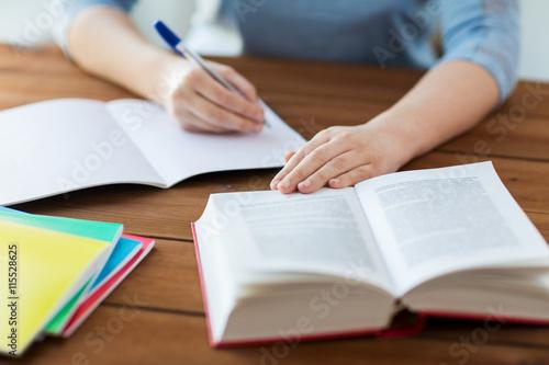 Fotografía  Cerca del estudiante con el libro y cuaderno en el país