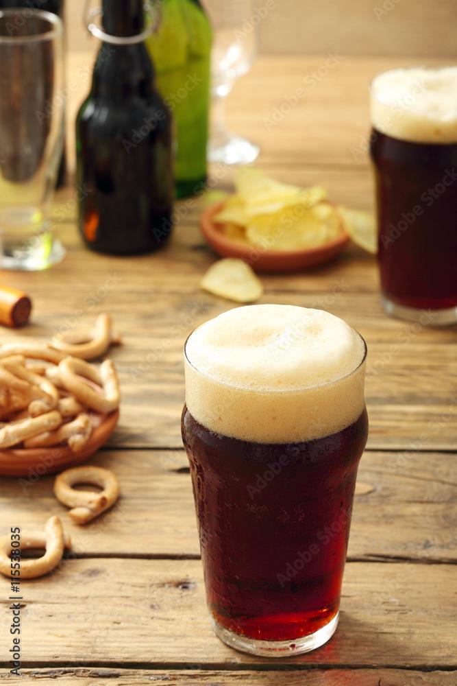Photo  bicchiere di  birra scura su sfondo tavolo di legno rustico