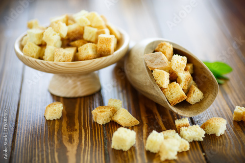 Fotografía  fried croutons of homemade bread