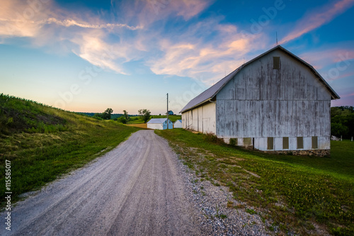 Poster Lavendel Barn along a dirt road at sunset, near Seven Valleys in rural Yo