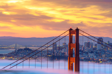 Panel Szklany Do salonu Early morning low fog at Golden Gate Bridge